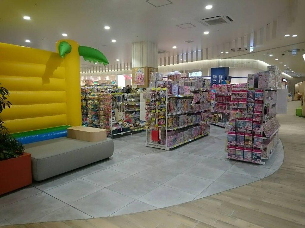 おもちゃのハッピースマイルフレスポ八潮店では大型ふわふわエアー遊具を併設しています。