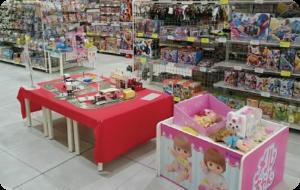おもちゃのハッピースマイルフレスポ八潮店キッズコーナープラレールコーナートミカコーナーメルちゃんコーナーがあります